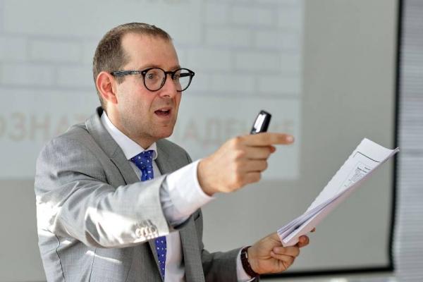 Жесткая Москва, вдумчивый Петербург, подготовленный Саратов: бизнес-эксперт оценил тактику переговоров в регионах