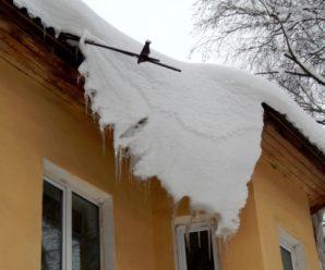 Ни одна саратовская управляющая компания не лишится лицензии за снежные завалы и падающие с крыш глыбы